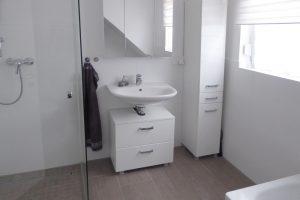 Schickes Bad mit Wanne und Dusche