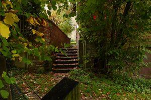 ... und Fußweg zum Kirchplatz durch das versteckte Törchen am Ende des Gartens.