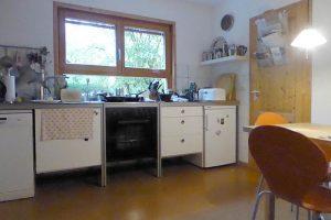 Die Küche mit Grünblick und Eingang zur Vorratskammer