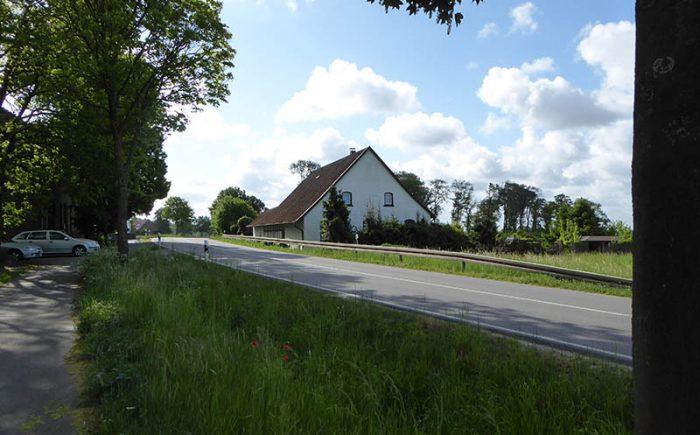 An der Landstraße umgeben von viel Landschaft