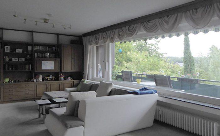 Großer Wohnraum mit Balkon und Fernblick