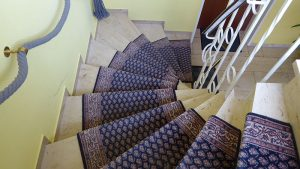 Treppenhaus mit Naturstein