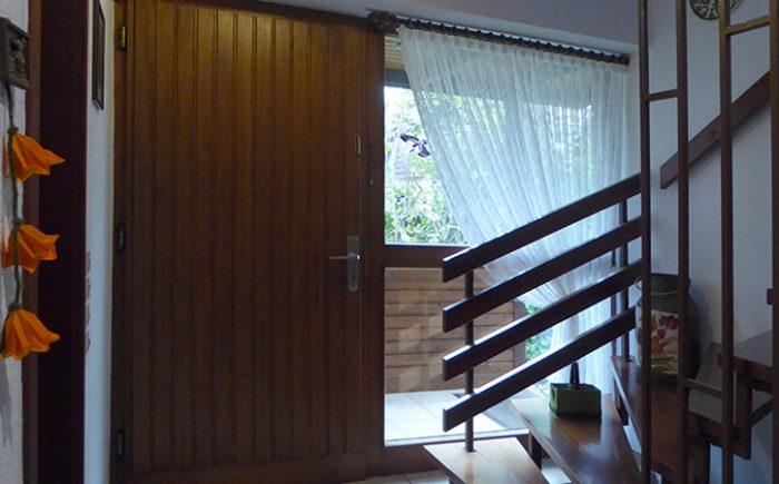 Hauseingang und Treppenlauf