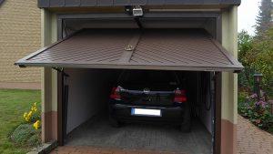 Garage mit elektrischem Tor