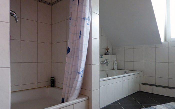 Bad mit Dusche und Wanne ...
