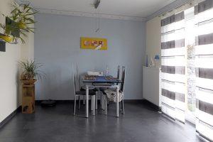 Großzügiger Essbereich mit bodentiefen Fenstern