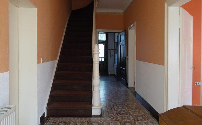 Die leicht geschwungene Treppe hinauf ...