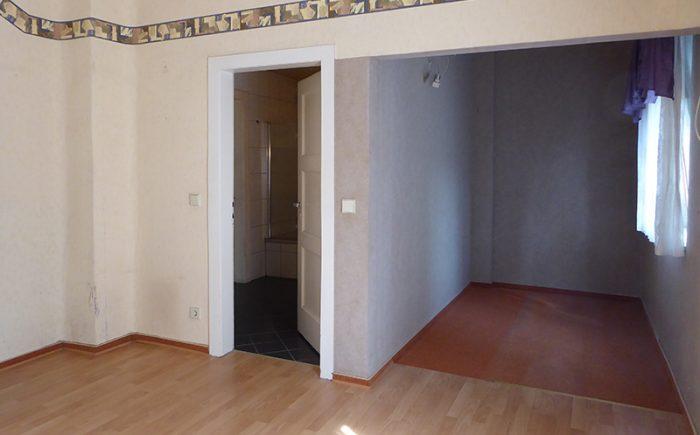 das Schlafzimmer mit Ankleidebereich