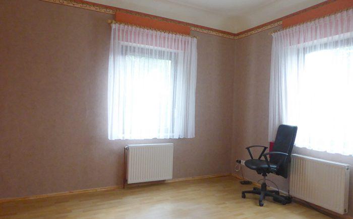 Rechts ein weiteres Zimmer,
