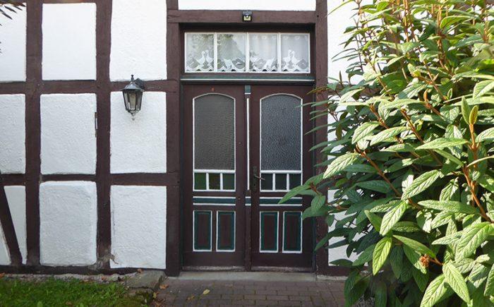 ... durch die alte Haustür ...